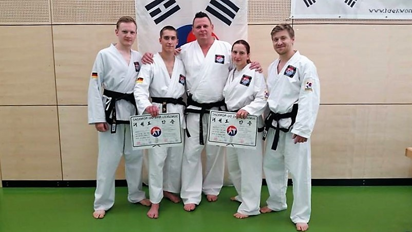 Schwarzgurte des Black Belt Center Bamberg. (v.l.) Timo Raab, Maximilian Hentschel, Schulleiter Uwe Meisel, Melanie Wanka, Petru Leuthold.